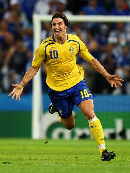 Zlatan Ibrahimovic จากสวีเดนต้อนรับการเปิดการแข่งขันยูฟ่า …