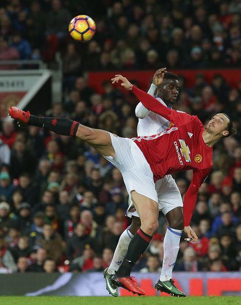 Zlatan Ibrahimovic จากแมนฯ ยูไนเต็ดในการดำเนินการกับ Lamine Kone ในซันเดอร์แลนด์ …