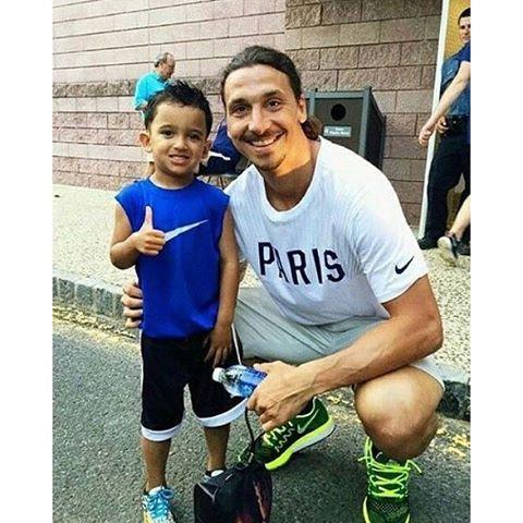 เพียงแค่แรงเสียดทานเช่นนี้เท่านั้น ยอดเยี่ยม Zlatan Ibrahimovic และแฟนหนุ่ม